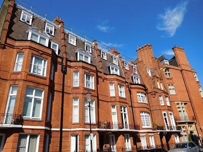19世紀に発展した英国ビクトリアン様式の建築物は、その装飾的なデザインに特徴があると言われます。赤レンガブロックで統一されたファサードは印象的で、通りを歩く